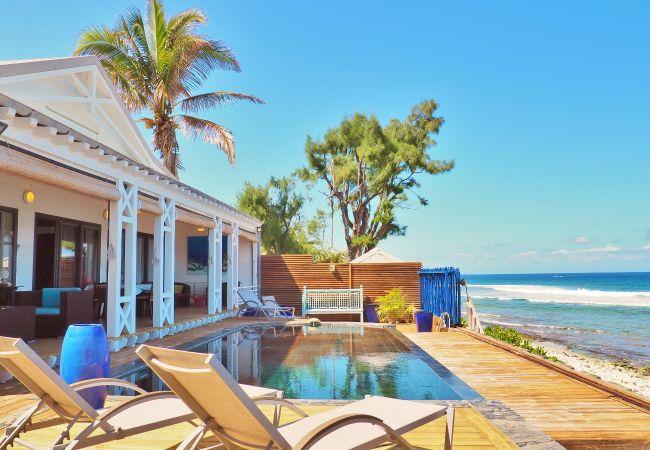 Villa avec piscine à débordement et accès à la plage de la réunion