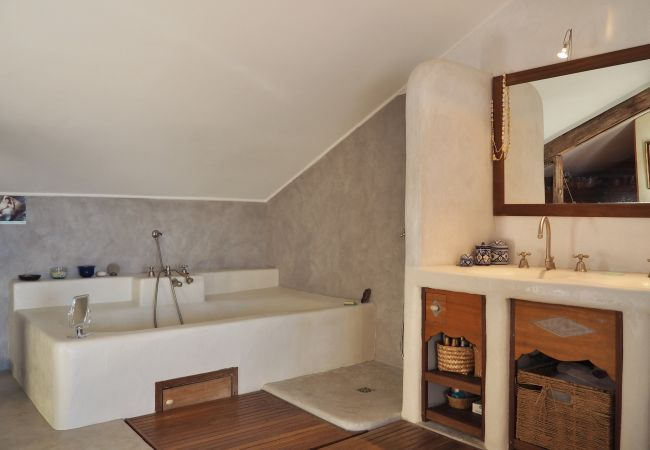 The serenity villa with its bathroom nearby saint-gilles les bains