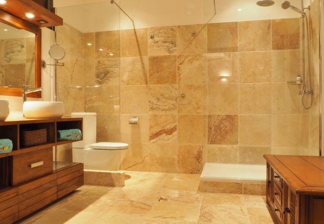 La villa victoria possède 4 salles de bains à la réunion