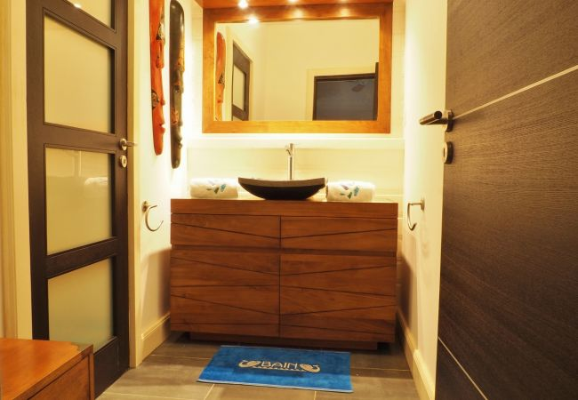 Tropcial home présente une salle de bains de la villa victoria