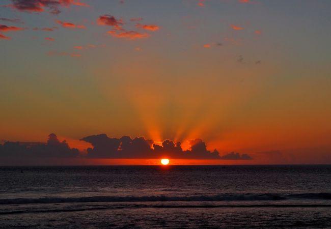 Coucher de soleil sur l'île de la réunion avec tropical home