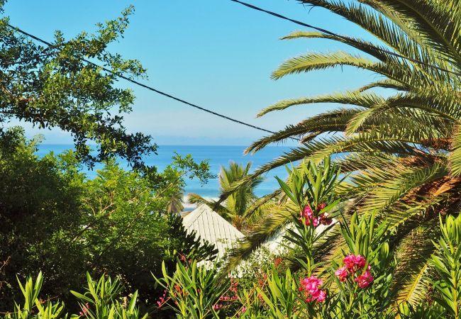 Terrasse avec vue mer dans la villa mado-ray à la Réunion