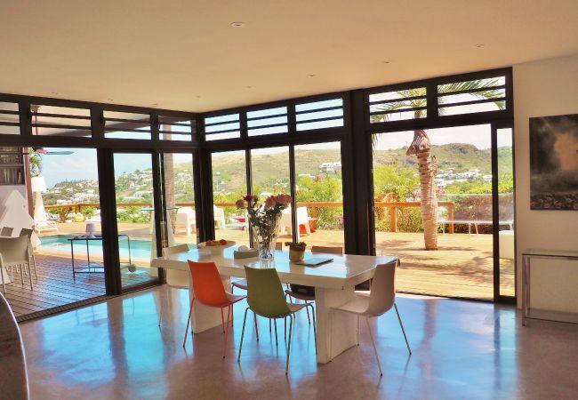 La villa offre de beaux volumes ouverts sur l'extérieur