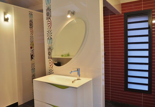 Salle de bains de cette maison à Piton St Leu