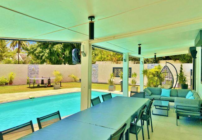 Villa avec terrasse face à la piscine