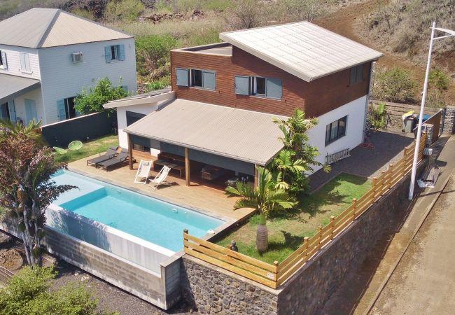 La villa Vert Céladon est une location saisonnière avec piscine
