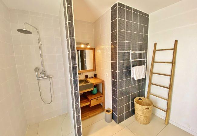 Salle de bains avec douche pour cette location de villa