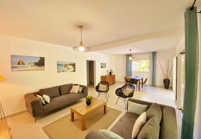 Villa avec grand salon proche du lagon