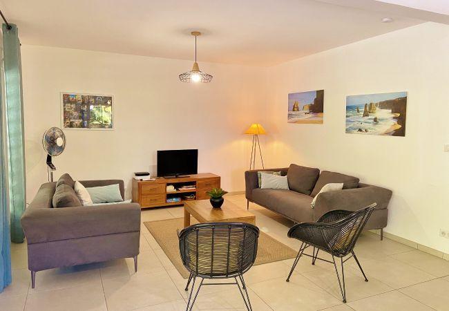 Salon avec télévision maison de vacances